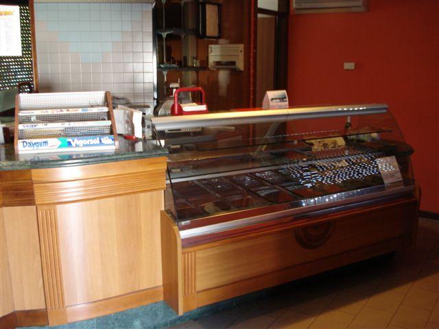 Arredamento usato per bar hotel e negozi for Arredamento pasticceria usato