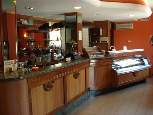 Arredamento usato per bar hotel e negozi for Arredo bar usato