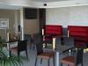 Sala bar con tavoli e sedie
